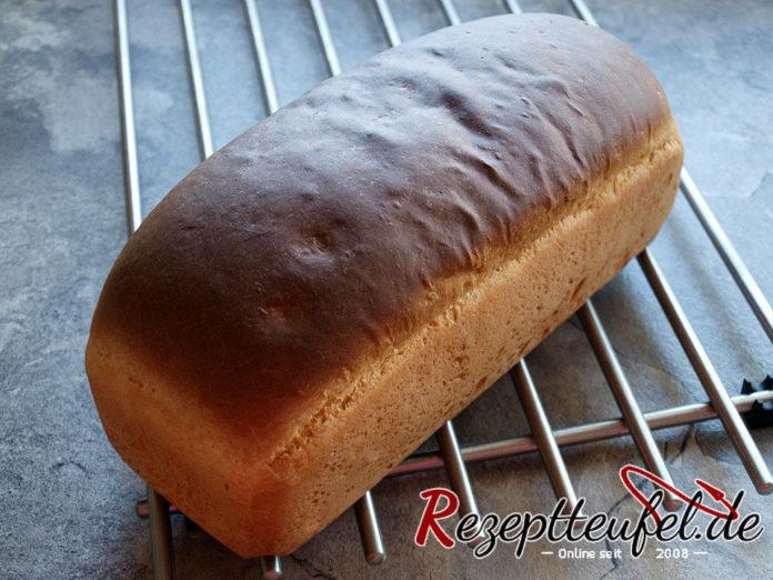 rezept f r toastbrot mit butter hefebrot rezeptteufel. Black Bedroom Furniture Sets. Home Design Ideas