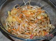 Der fertige Mungobohnensalat mit Bambussprossen