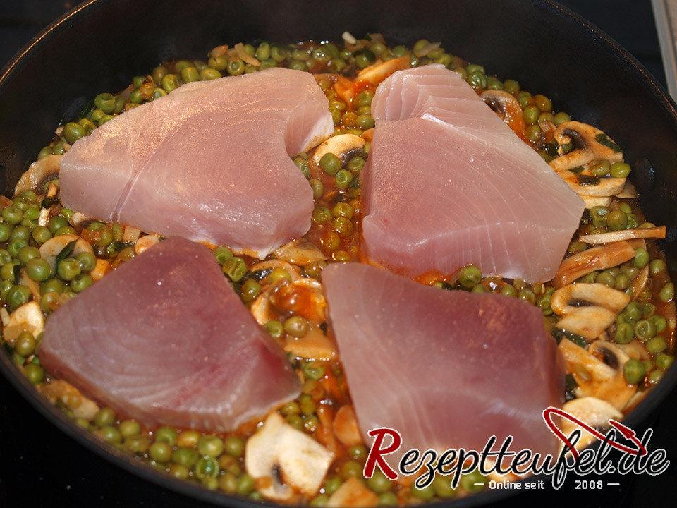 Der Thunfisch wird auf das Gemüse mit Soße gegeben