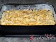 Die Apfelstücke auf dem Teig verteilen
