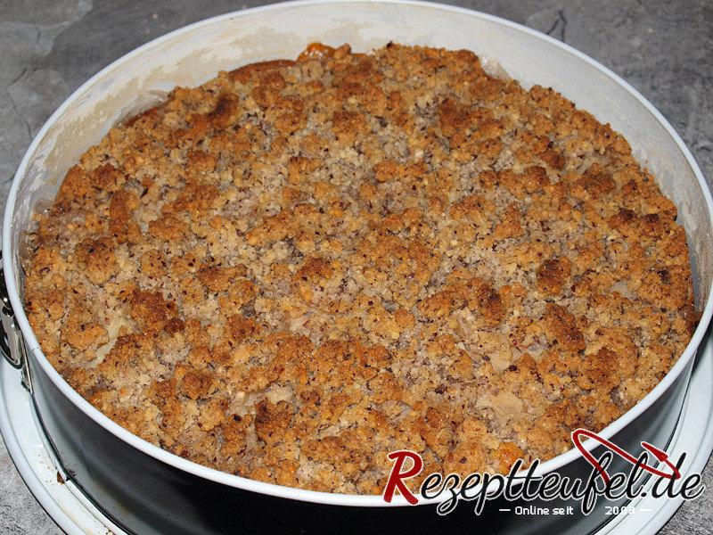 Der fertig gebackene Apfel-Nusskuchen mit Streusel