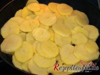 Die Kartoffelscheiben in der Pfanne