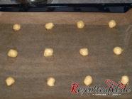 Die haselnussgroßen Kugeln mit viel Abstand auf dem Backblech