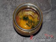 Das rohe Ei und Dill im Glas