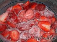 Die Erdbeeren mit dem Zucker