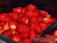 Erdbeeren inklusive gezogenem Fruchtsaft in einen Topf geben