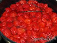 Die Erdbeeren mit dem gezogenen Fruchtsaft und der Vanille