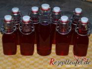 Den heißen Sirup in ausgespülte Flaschen abfüllen