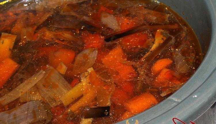 Gegarte Brühe aus Gemüse im Slow Cooker