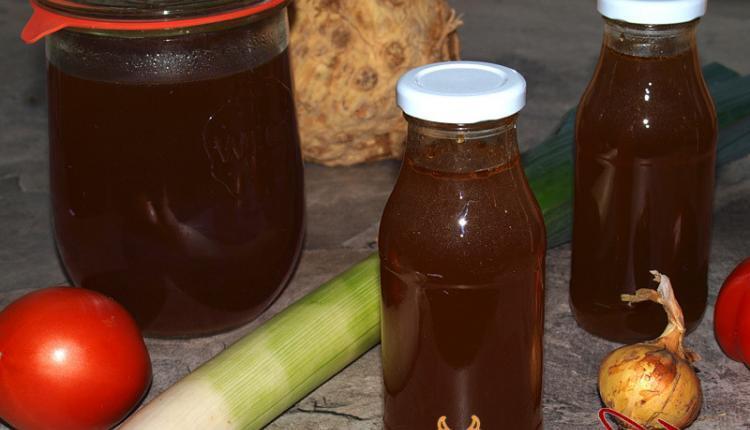 Gemüsebrühe in Gläser und Flaschen eingekocht