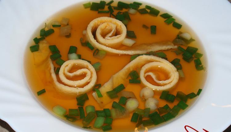 Gemüsebrühe mit Flädle und Lauchzwiebeln