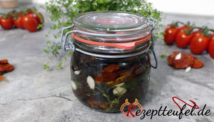 Getrocknete Tomaten in Öl mit Knoblauch und Kräuter
