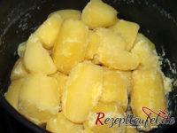 Die geschälten mehligen Kartoffeln kochen und abdämpfen