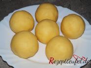 Den Kartoffelteig zu 6 Knödeln formen