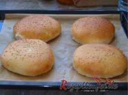Die gebackenen Fladenbrote mit Sesam