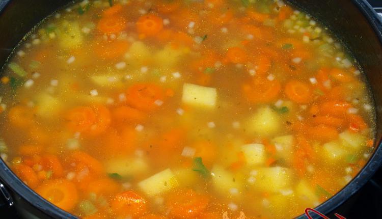 Das Gemüse und die Kartoffeln in der Brühe