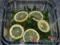 Zitronenscheiben auf die Minze geben