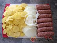 Vorbereitete Kartoffeln, Zwiebeln und Bratwurst
