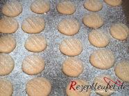 Die gebackenen Plätzchen nach dem Backen mit Puderzucker bestäuben