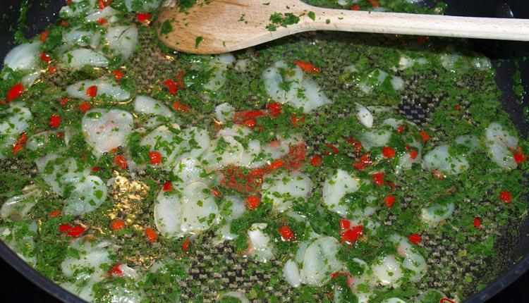 Knoblauch, Chili und Petersilie in der Pfanne