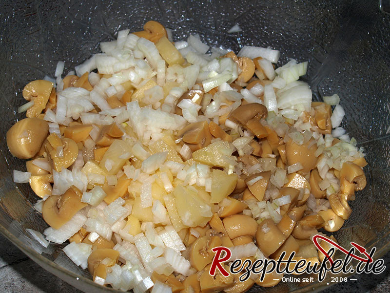 Champignonköpfe, Ananas und Zwiebeln schneiden