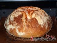 Das Brot nach halber Garzeit auf dem Backstein, die Oberfläche ist aufgebrochen